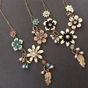 NWT 🌸 Flower Necklaces